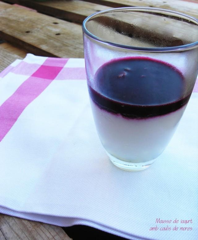 Mousse de iogurt amb coulis de mores
